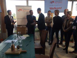 Toeristisch coordinator Michel Bakelaar overhandigt het getekende convenant aan toerisme wethouder Ben Tap.